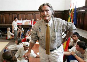 Miguel de la Quadra Salcedo, creador del proyecto Ruta Quetzal BBVA, junto a los participantes de la expedición, hoy en el Monasterio de Yuso, en San Millán de la Cogolla (La Rioja). EFE