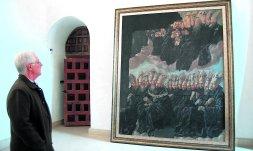 El prior del Monasterio de Yuso, Juan Ángel Nieto, con el cuadro de Juan Rizi recientemente restaurado. /J. DELPÓN
